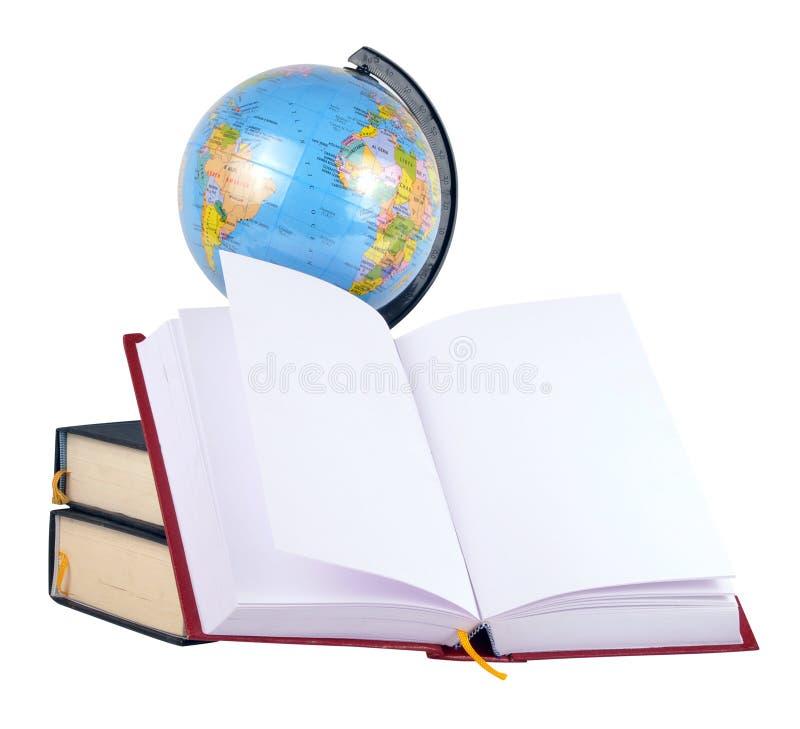 Bücher und Kugel lizenzfreie stockfotografie