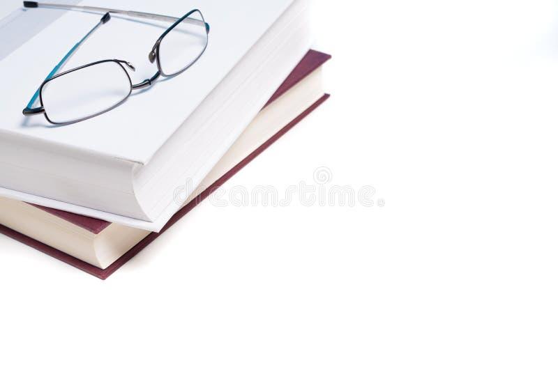 Bücher und Lesebrille auf Weiß stockfotografie