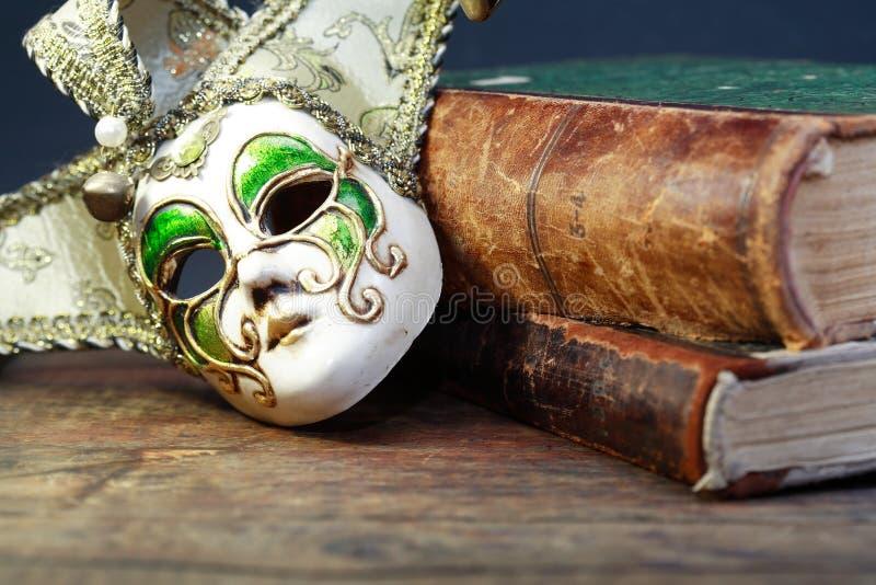 Bücher und Maske lizenzfreie stockfotos