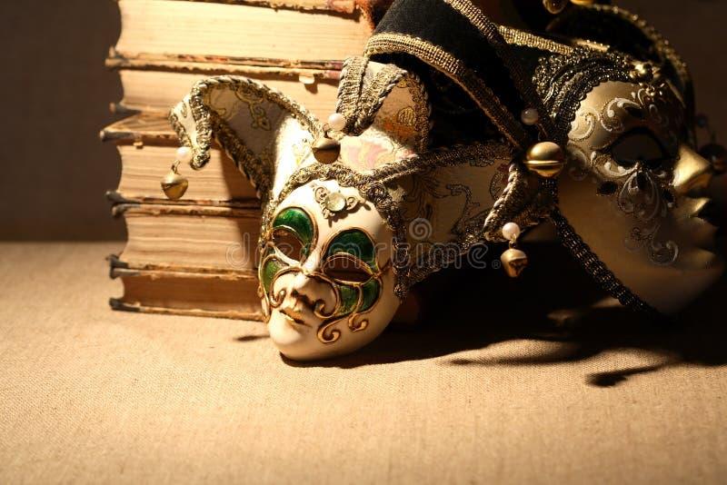Bücher und Masken lizenzfreie stockfotografie