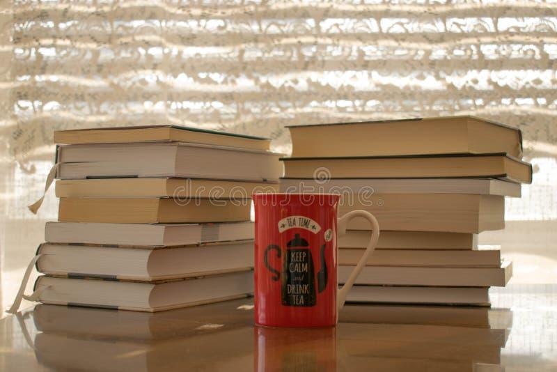 Bücher und Tasse Tee für perfekte Morgen stockfotografie