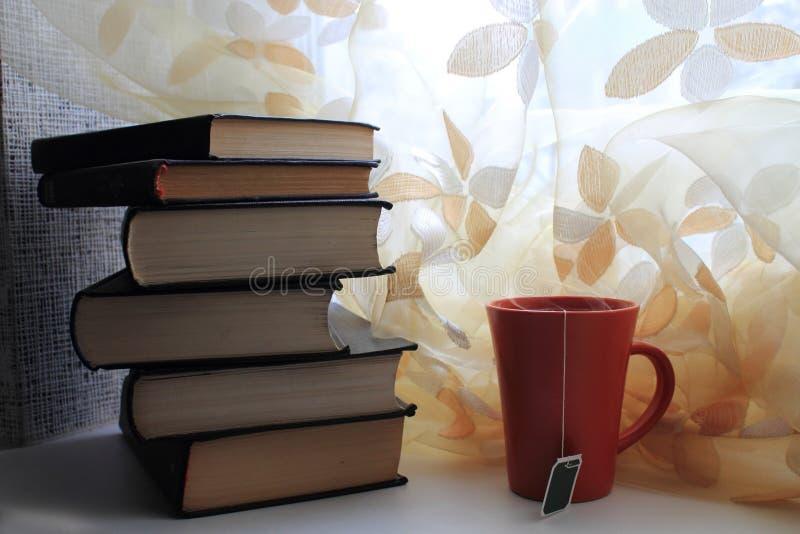 Bücher und Tee lizenzfreie stockbilder