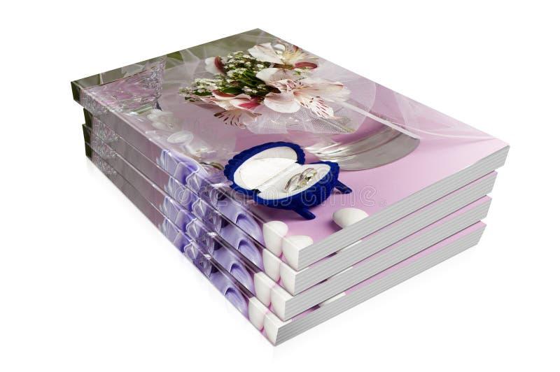 Bücher von Eheringen und von Hochzeitsbevorzugungen stockfotos