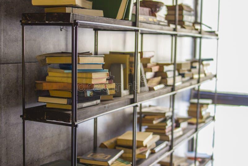 Bücherregal mit Büchern Bücher werden um das Regal zerstreut stockfoto