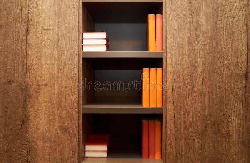 Bücherregal mit Büchern im modernen Bibliotheksbüro, Innenraum, Abschluss-u lizenzfreie stockbilder