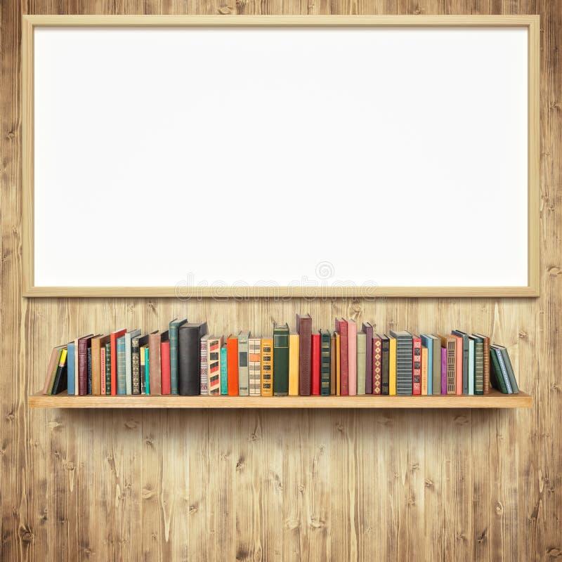 Bücherregal und leeres weißes Brett stockbild