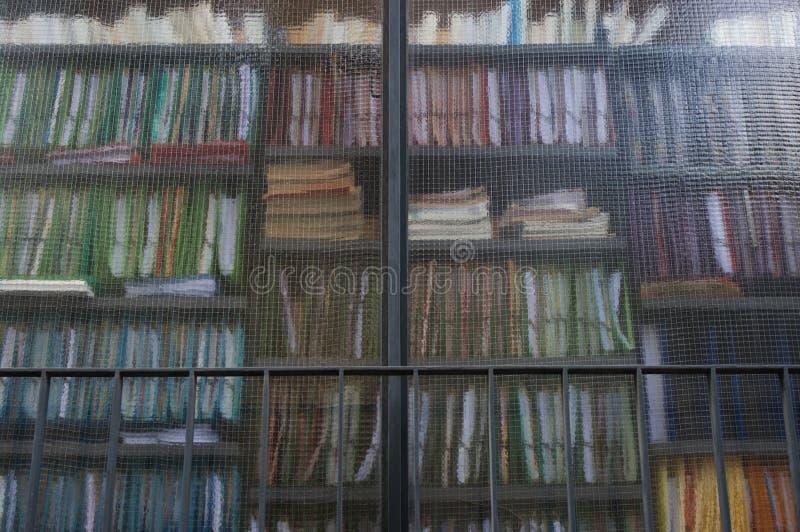 Bücherregalfenster stockfoto