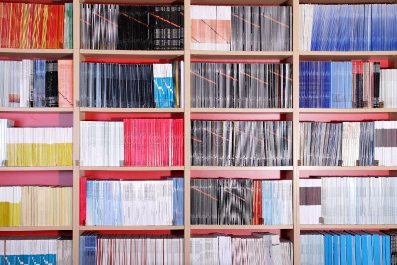 Bücherschrank in der Bibliothek stockfoto