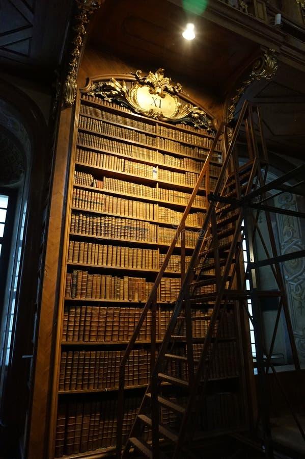 Bücherschrank in der Haupthalle der nationalen österreichischen Bibliothek im Hofburg-Palast lizenzfreie stockbilder