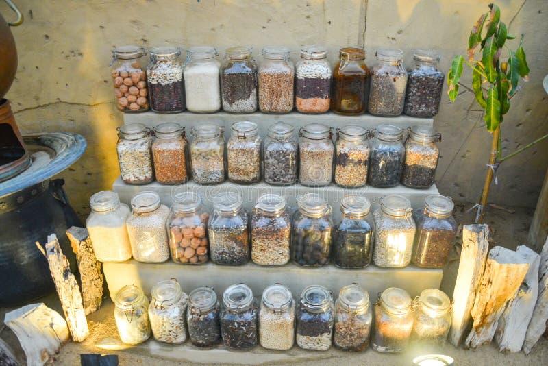 In Büchsen konservierte Obst und Gemüse in der Höhlenglaszusammensetzung stockfotos
