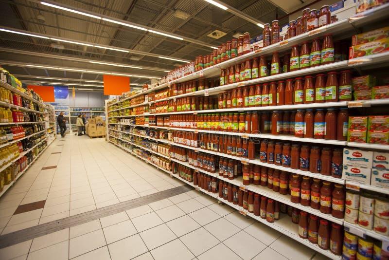 In Büchsen konservierte Tomaten auf den Regalen eines Supermarktes lizenzfreie stockfotografie