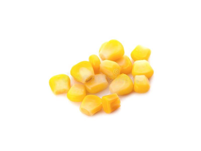 In Büchsen konservierter Mais auf einem weißen Hintergrund lizenzfreies stockfoto