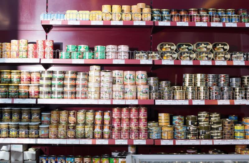 In Büchsen konserviertes Fleisch und Fischprodukte im russischen Lebensmittelgeschäft stockfotos