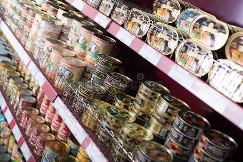 In Büchsen konserviertes Fleisch und Fischprodukte im russischen Lebensmittelgeschäft stockbild
