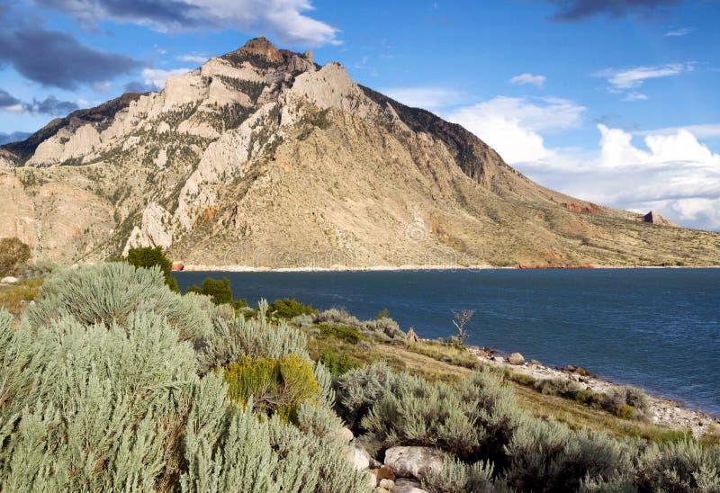 Büffel Bill State Park mit See und Bergen lizenzfreies stockbild
