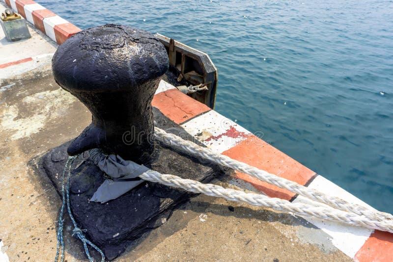 Bügel mit Festmacher an Tiefseeseehafen für Handelsschiffe, O lizenzfreies stockfoto