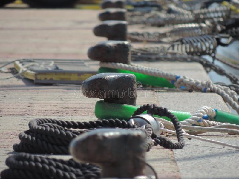 Bügelen auf einem Pier in Sardinien, Italien stockbilder