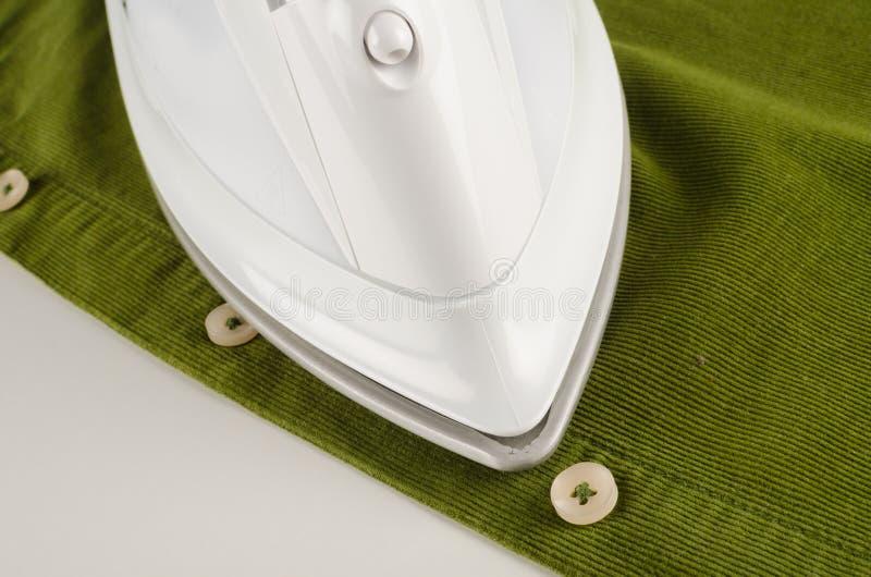 Bügeln eines Hemdes lizenzfreie stockfotografie