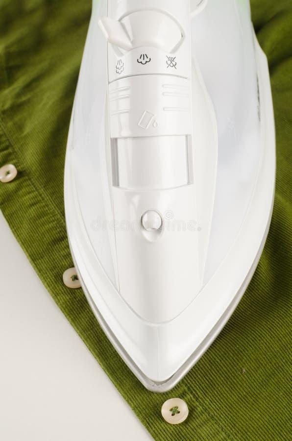 Bügeln eines Hemdes stockfotos