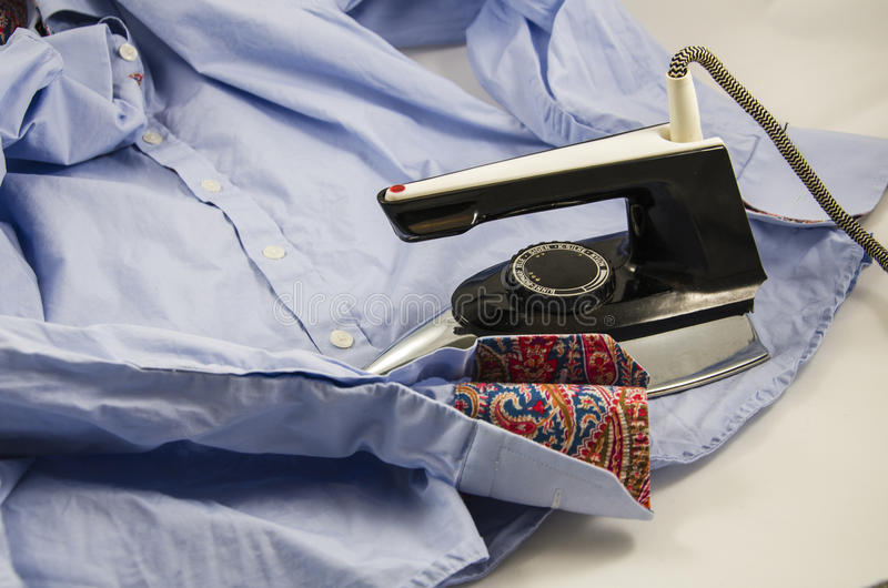 Bügeln eines Hemdes stockbild