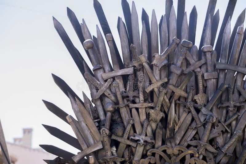 Bügeln Sie den Thron, der mit Klingen, Fantasieszene oder Stadium hergestellt wird erholung stockfoto