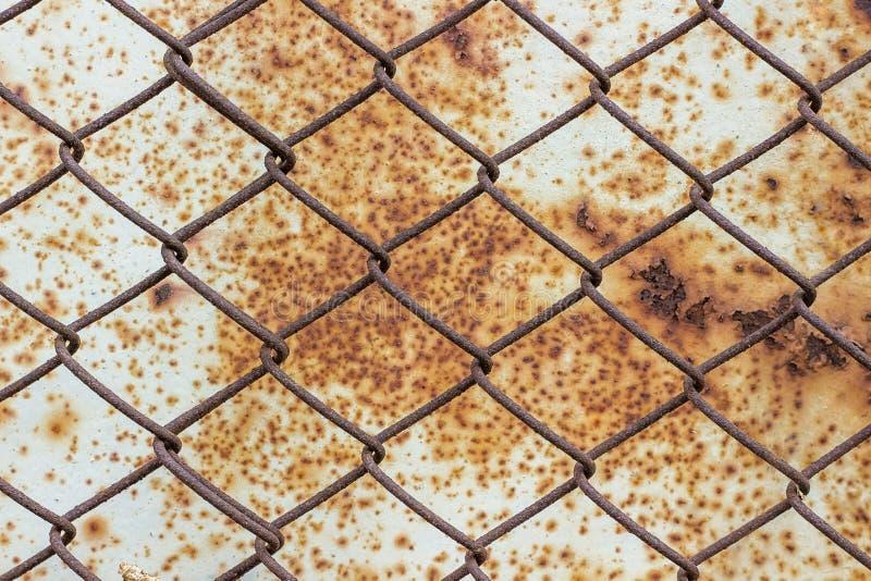 Bügeln Sie Gitter auf einem Hintergrund einer weißen rostigen Metalloberfläche stockbild