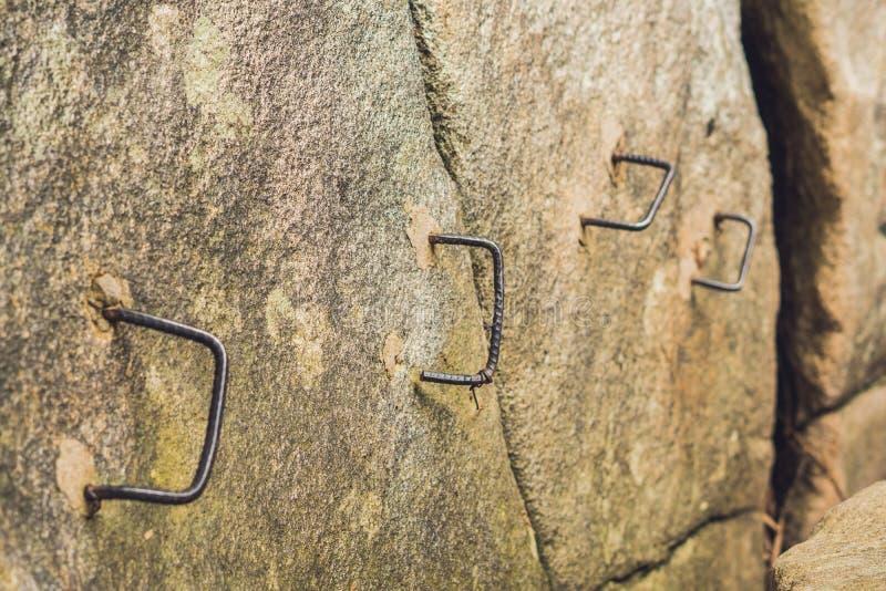 Bügeln Sie Schritte auf dem Felsen, ein schwieriges wanderndes Konzept stockbild