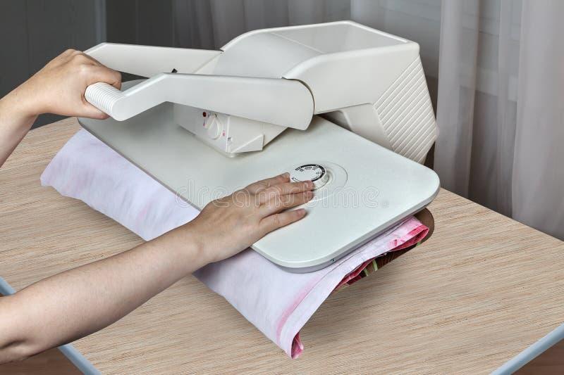 Bügelpressemaschine für Haus, weibliche Hände bügeln Bettwäschen stockbilder