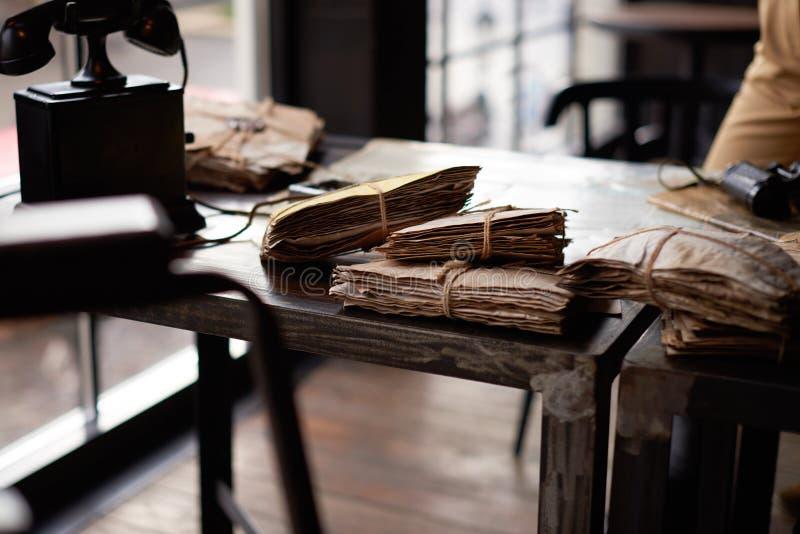 Bündel alte Buchstaben auf einem Schreibtisch stockfotos