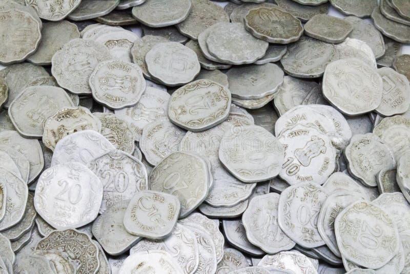 Bündel alte indische Münzen stockfotos