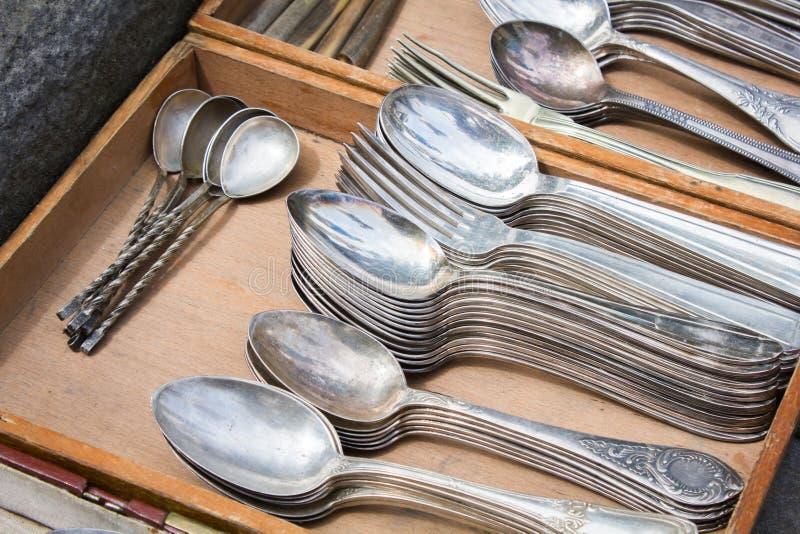 Bündel alte silberne Waren auf einer Flohmarkt lizenzfreies stockfoto