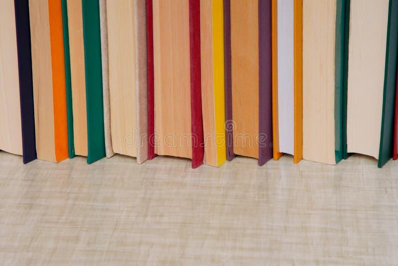 Bündel Bücher ist auf grauer Tabelle, leerer Raum für Text, Stapel von stockbilder