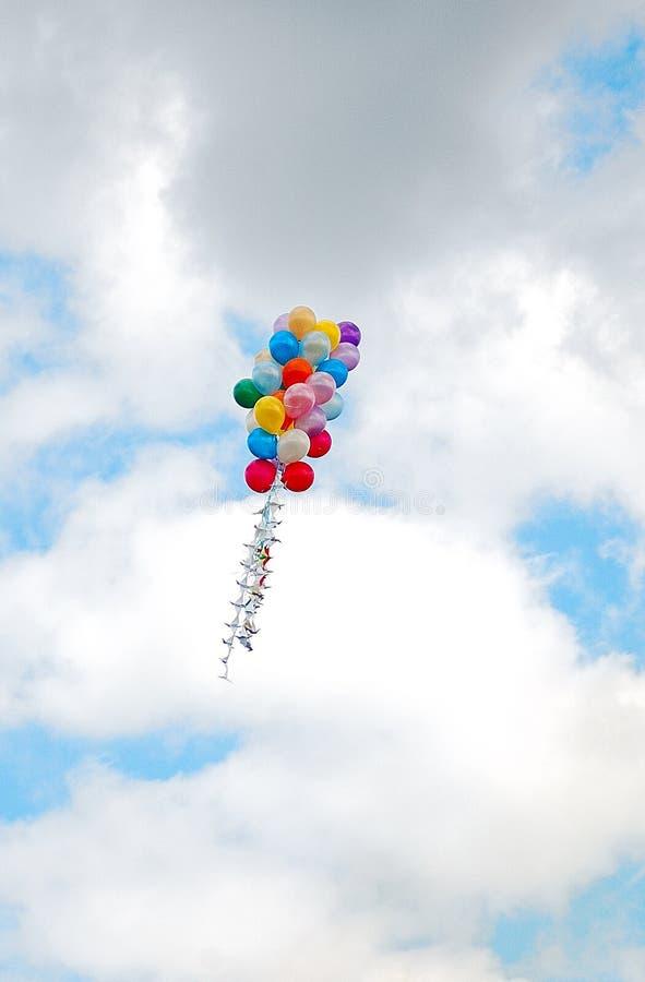 Bündel Ballone im Himmel mit Wolken herum lizenzfreies stockfoto