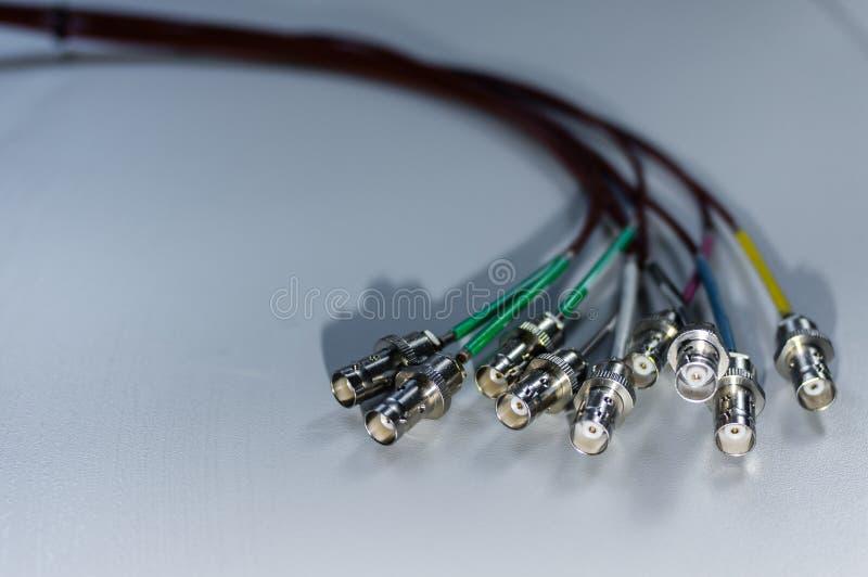 Bündel BNC-Signalkabel auf weißem Hintergrund - Konzept von Sendung Fernsehen und von Datenaustauschen stockfotos