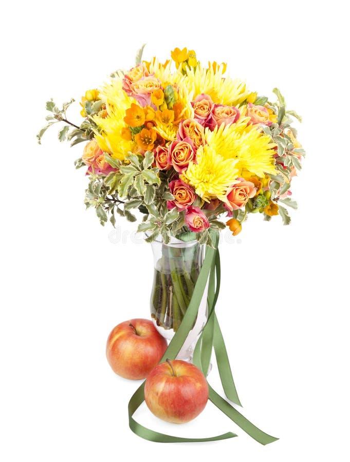 Bündel des Frühlinges blüht in einem Vase mit dem Apfel, der auf weißem b lokalisiert wird stockbilder