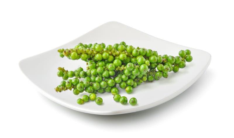 Bündel des frischen grünen Pfefferkorns in einer Platte lokalisiert auf weißem b lizenzfreies stockfoto