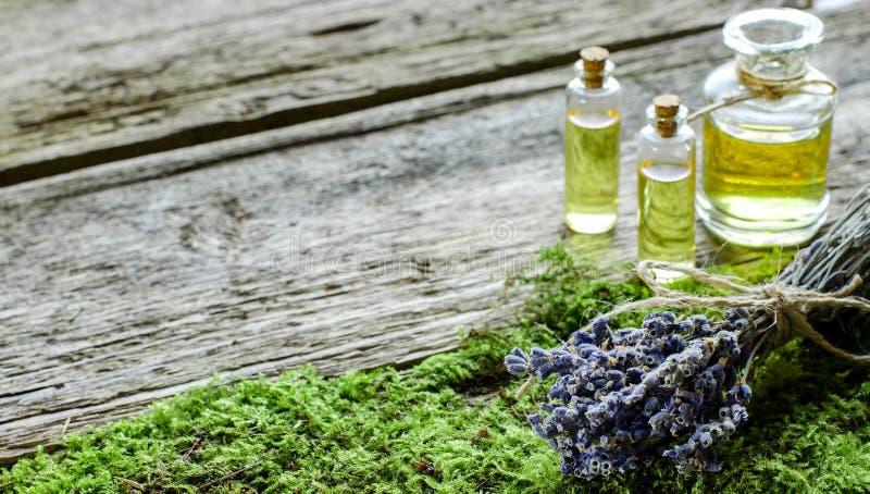 Bündel des trockenen Lavendels und der Flasche mit aromatischem Öl stockbilder