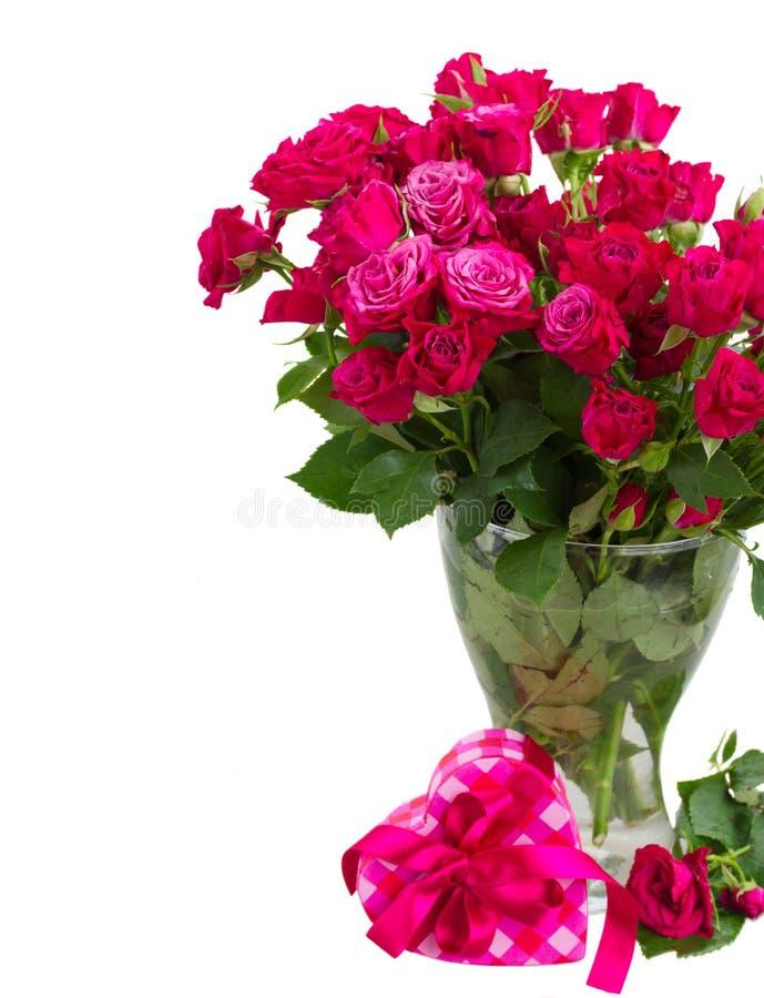 Bündel frische malvenfarbene Rosen stockbild
