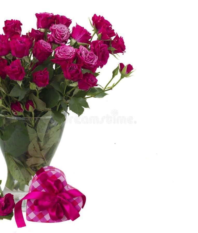 Bündel frische malvenfarbene Rosen lizenzfreie stockfotografie