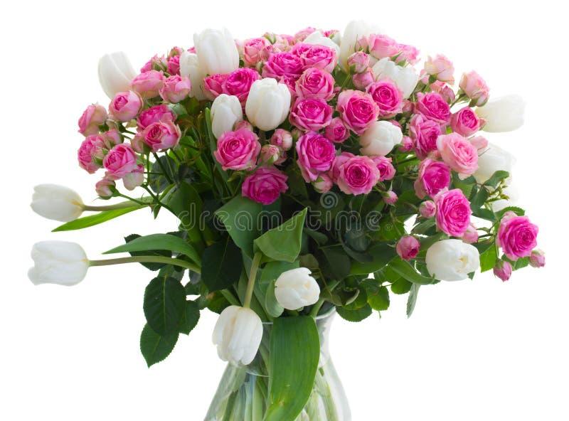 Bündel frische rosa Rosen und weiße Tulpen lizenzfreie stockfotos