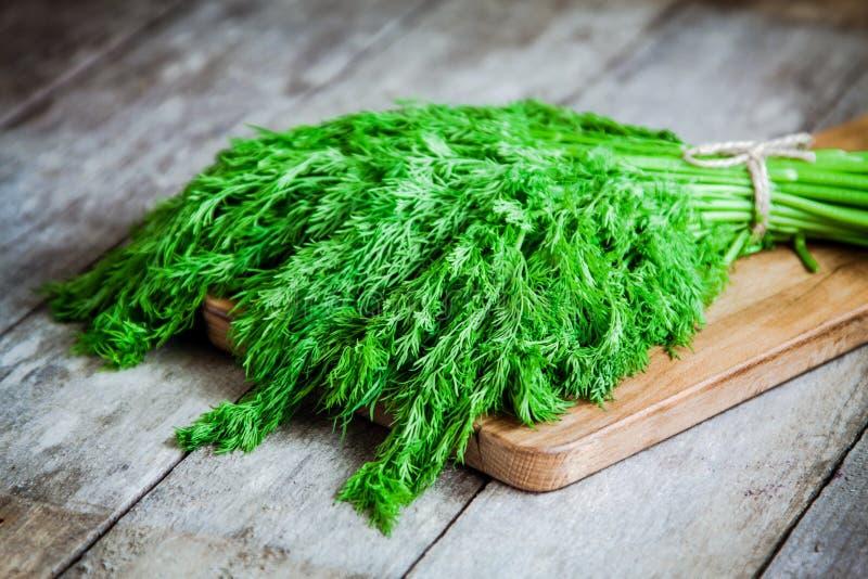 Bündel frischer organischer Dill auf hölzernem Hintergrund stockbild
