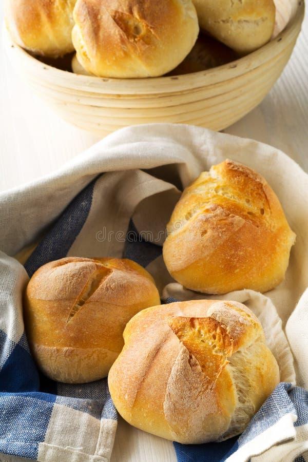 Bündel ganze, frische gebackene Weizenbrötchen im Backenkorb und auf k lizenzfreies stockfoto