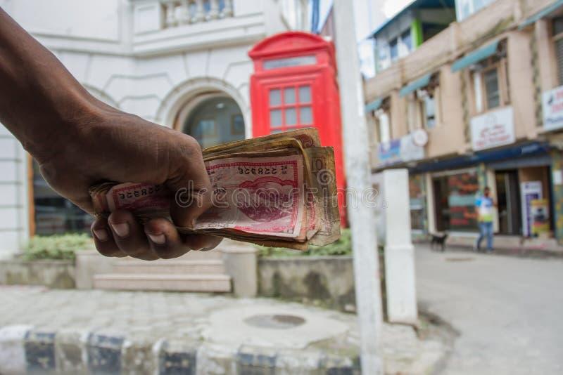 Bündel Geld in der Hand des Leiters stockfoto