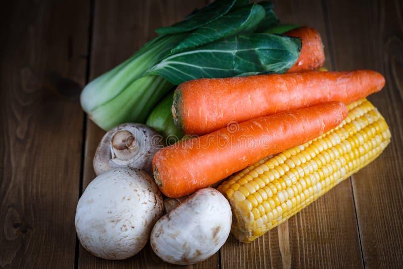 Bündel Gemüse auf hölzernem Hintergrund stockfotos