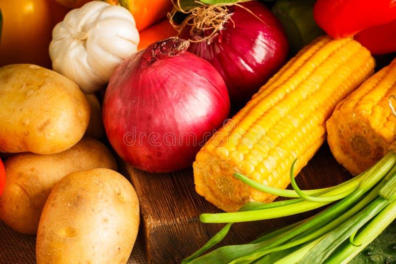 Bündel Gemüse auf hölzernem Hintergrund lizenzfreies stockfoto