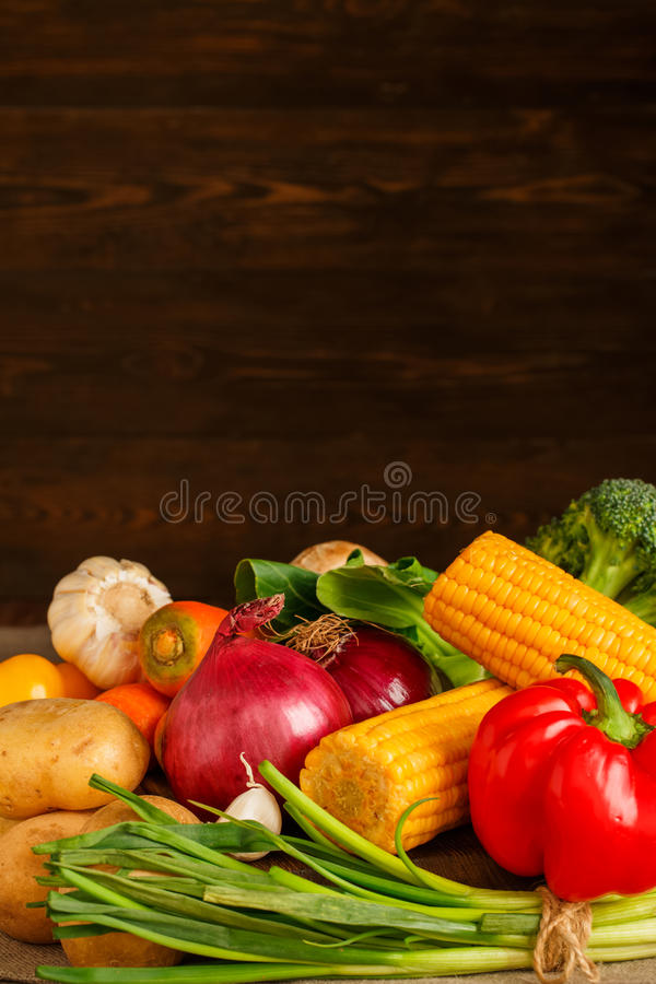 Bündel Gemüse auf hölzernem Hintergrund lizenzfreie stockfotografie