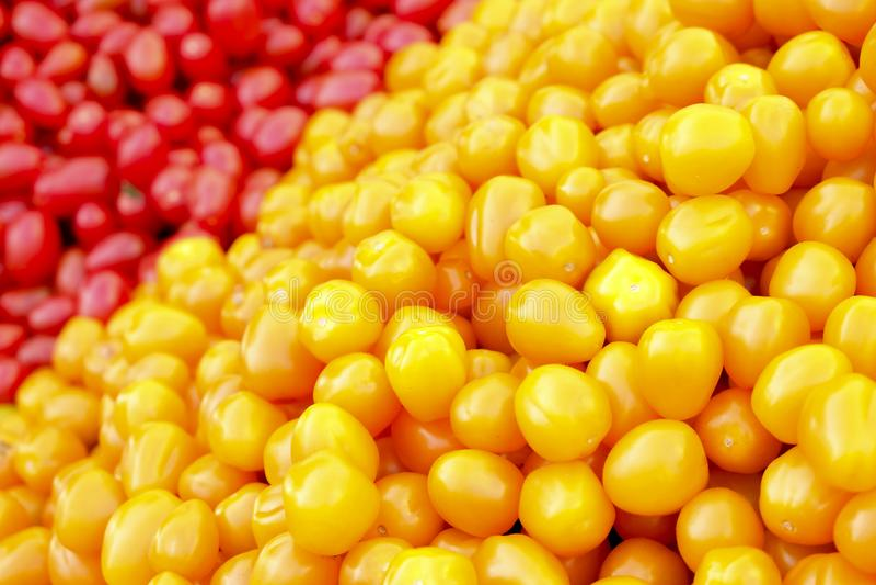 Bündel gemischte rote und gelbe Kirsche und italienische Tomaten auf Hintergrund Frühlingssommer Detox-Gemüsediät Schließen Sie o stockfotos