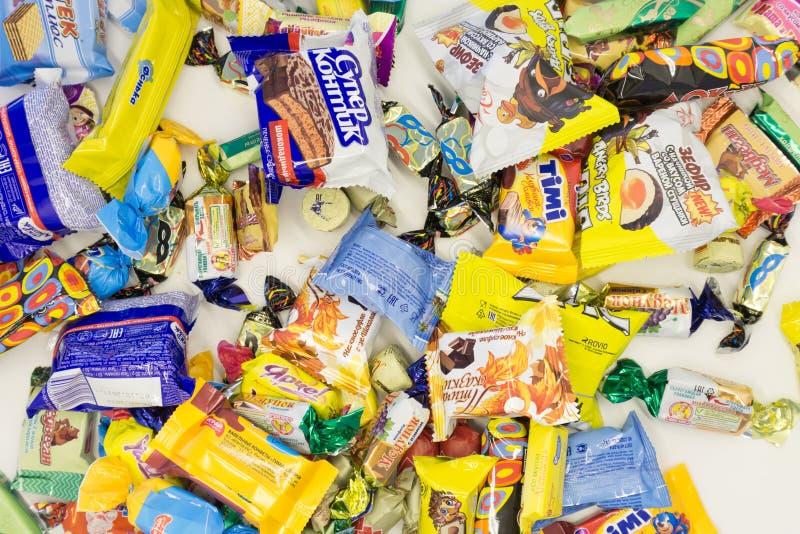 Bündel große Süßigkeiten eingewickelt in einem Krepppapier - Russland Berezniki am 28. Februar 2018 lizenzfreies stockbild