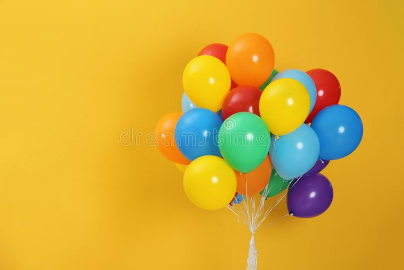 Bündel helle Ballone und Raum für Text lizenzfreie stockbilder