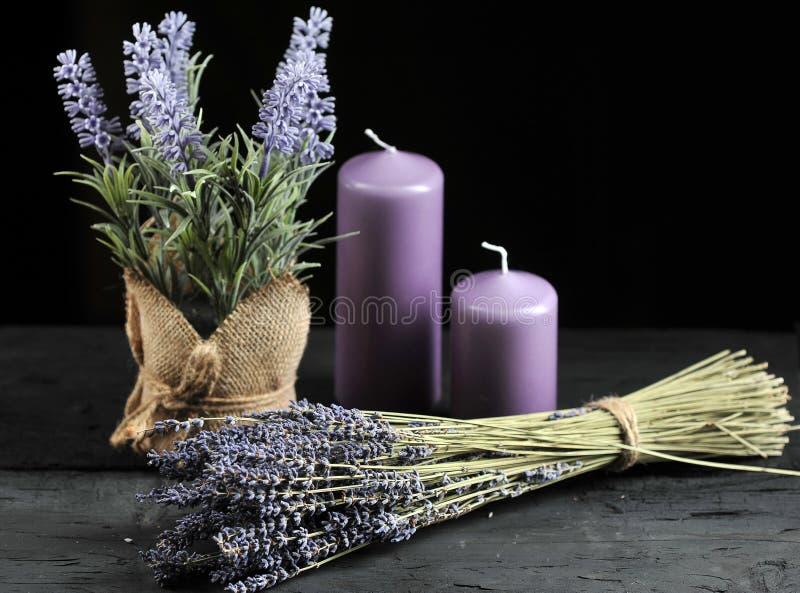 Bündel Lavendel gebunden mit Schnur und aromatischen lila Kerzen lizenzfreies stockfoto